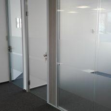 Perete din sticlă securizată dublă, elegant și cu o atenuare fonică foarte bună, așa este caracterizat peretele vitrat iQ Structural. Se poate combina cu diferite compartimentari și cu uși simple sau duble din sticlă, lemn ori alt finisaj.